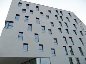 Auch bei französischen Fenstern benötigt man mit PYROSWISS® PARAPET von Vetrotech keine Gitter  so wirkt die Fassade ruhiger. Foto: Stefan Horak