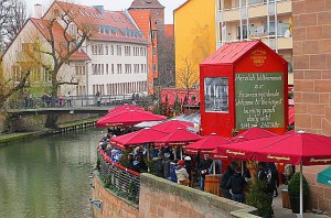 "An der Fleischbrücke direkt an der Pengnitz liegt ""Die größte Feuerzangenbowle der Welt"". Foto: oepb"
