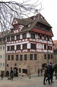 ... bewohnte er ab dem Jahre 1509 bis zu seinem Ableben am 6. April 1528 dieses Haus. Hier werkte er, hier schaffte er. Beide Fotos: oepb