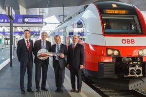 Mit der symbolischen Schlüsselübergabe am 4. Dezember 2015 von Siemens an die ÖBB ...