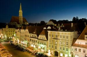 Ein abendlicher Bummel durch das schmucke Stadterl Steyr mit seiner sehenswerten Altstadt ist allemal einen Verweil-Besuch wert. Foto: Stadt Steyr.