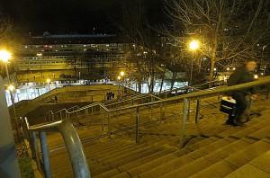 Einerseits geht es bereits im Innenraum des alten Zentralstadion-Areals steil hinauf ...