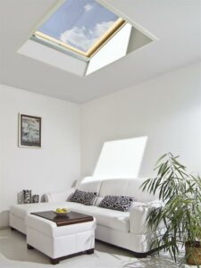 Blick auf das FAKRO-Flachdachfenster im Wohnraum. Foto: FAKRO