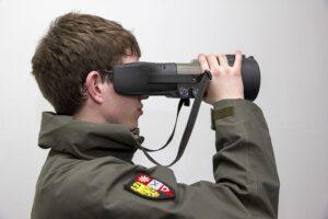Mit dem Nachtsichtfernglas ist eine Beobachtung bei völliger Dunkelheit möglich. Foto: Bundesheer / Simader
