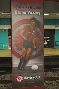 In der S-Bahn-Station des Willi Brandt-Platzes von Frankfurt verewigt: Bruno Pezzey als Säule der Eintracht. Foto: oepb