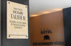 Gleich neben dem Hotel-Eingangsportal erinnert eine Gedenktafel an Richard Tauber. Foto: oepb