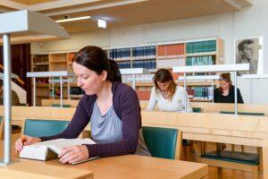 In den zahlreichen Lesesälen lässt sich ungezwungen schmökern, nachlesen, studieren und natürlich auch ein bisserl plaudern. Foto: ÖNB