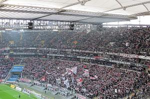 Wenn diese Kurve zum kollektiven Bahöl ansetzt, erbebt das ganze Areal. Die SGE-Fans in ihrem Zuhause: Aus Frankfurt vs. Werder Bremen (2 : 1), 19. 12. 2015. Foto: oepb