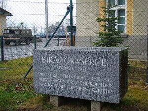 Gedenkstein vor der Kaserne. Foto: oepb.at, 02/14