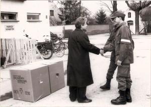 Landesrat Dr. Josef Pühringer besuchte die OÖ-Wehrmänner unter den Melker Pionieren anlässlich des Burgenland-Einsatzes im März 1991. Hier mit den Linzer Soldaten des 2. HPiB Gustav Pitra und Günther Mayer. Foto: OÖ-Landespresse