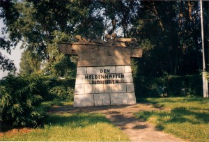 Das Pionierdenkmal, welches von 1961 bis 1998 bei der Rollfähre im Hafen am Beginn der Pionierstraße stand, wurde am 20. September 1959 eingeweiht. Der Tiroler Alois Dorn hatte es erschaffen. Foto: oepb.at, 07/91
