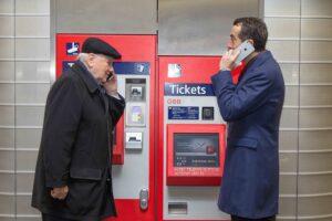 Der Präsident des Pensionistenverbandes Österreichs Karl Blecha und Christian Kern / CEO ÖBB testen das neue Ticket-Service am ÖBB Fahrscheinautomaten. Foto: ÖBB/Kozak