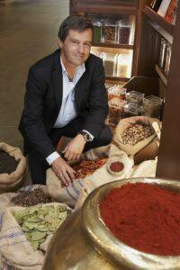 Ein sichtlich zufriedener Geschäftsführer Erwin Kotanyi anhand einer würzigen getroffenen Auswahl. Foto: Kotanyi