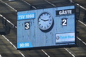 """Die Vidiwall bei Heimspielen der Münchner Löwen in der Allianz-Arena erinnert an die alte Anzeigetafel im Städtischen Stadion an der Grünwalder Straße, dem """"60er Stadion"""". Foto: oepb"""