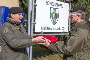 Vizeleutnant Erich Surböck überreicht die Fahne an Oberst Klaus Seidl. Foto: Bundesheer / Simader