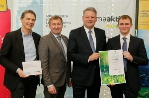 V.l.: Christoph Jeitler (VARIO-BAU), Herbert Greisberger (klimaaktiv Regionalpartner Energie- und Umweltagentur Niederösterreich), Bundesminister Andrä Rupprechter und Daniel Gruber (VARIO-BAU). Foto: BMLFUW/APA-Fotoservice/Bollwein