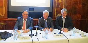 Sachlich kompetent, aber auch gevift pointiert führten die Herren (von links) Dir. Roland Suter, Ing. Josef Gruber und Mag. Christian Murhammer durch das ÖFV-Pressegespräch. Foto: oepb