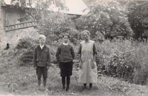 Frau Enzinger mit ihren zwei Söhnen im Stadtteil St. Peter, 1937. Ein Jahr später erfolgte hier der Spatenstich zur heutigen voestalpine. Foto: Ludwig Aspöck / NORDICO Stadtmuseum Linz