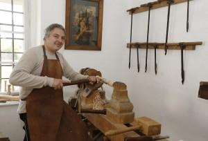 Beim Vorführen des alten Drechsler-Handwerkes. Foto: Dieter Nagl