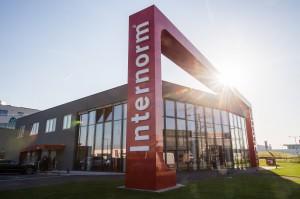 Blick auf den neuen Internorm Flagshipstore in der Wiener Vorarlberger Allee 27, direkt an der S1 gelegen. Foto: Martin Hörmandinger