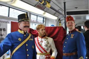 Der Monarch reiste zeitgemäß mit der Straßenbahn an. Allerdings war dieser Kaiser nicht aus Fleisch und Blut, sondern aus Wachs und ein Werk von Madame Tussauds Wien.