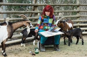 Die Künstlerin Margit König im Kreise ihrer zahlreichen Modelle, hier die Tauernscheckenzigen. Foto: Daniel Zupanc