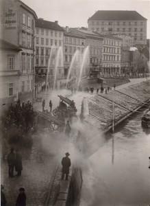 Vorführung von Autospritzen der Firma Rosenbauer an der Oberen Donaulände des Jahres 1930. Im Hintergrund das Linzer Schloss. Foto: Unbekannter Fotograf / NORDICO Stadtmuseum Linz