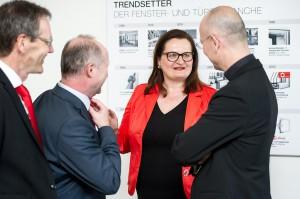 Was und wie sind die neuen Fenster-Trends? Internorm-Miteigentümerin Anette Klinger erläutert Toni Faber (rechts) ihre Trendsetter im Fenster- und Türenbereich. Foto: Martin Hörmandinger
