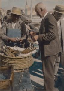 """Blick von der """"Unteren Donaulände"""" auf der Linzer Seite hinüber nach Urfahr und der Stadtpfarrkirche. Hier im Rahmen eines Fischmarktes des Jahres 1930. Foto: Josef Wittmann / NORDICO Stadtmuseum Linz"""