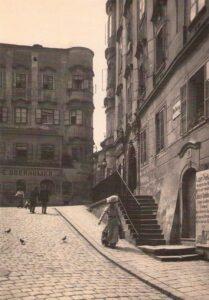 Dame mit Hut, um 1920. Motiv am Linzer Hofberg in der Altstadt am Weg hinunter zum Donaustrom. Foto: Ernst Fürböck / NORDICO Stadtmuseum Linz