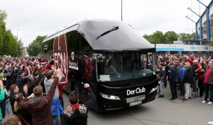 Frenetisch wurde der Club-Bus knapp eine Stunde vor dem Anpfiff am Stadion begrüßt. Foto: FCN
