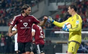 66 Minuten hielt das Bollwerk der von Dave Bulthuis (links) und Raphael Schäfer organisierten Abwehr des 1. FC Nürnberg, dann schlug die Eintracht erbarmungslos zu. Foto: FCN
