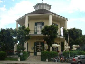 """Aus Anlass """"250 Jahre Wiener Prater"""" im Jahre 2016 sollte auch ein Besuch im Lusthaus nicht fehlen. Das im Zweiten Weltkrieg komplett zerstörte ehemalige Tanz-Etablissement wurde ab 1948 wieder aufgebaut und steht unter Denkmalschutz. Heute befindet sich darin ein Café-Restaurant. Foto: oepb"""