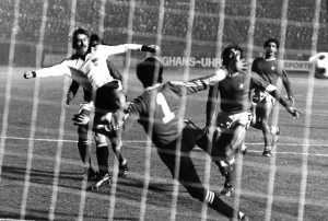 Walter Schachner (weiße Dress) beim erfolgreichen Torschuss. Aus Österreich gegen Portugal vom 15. November 1978 (1 : 2). Foto: © oepb