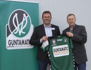 SV Ried-Cheftrainer Christian Benbennek (links) und Günther Huemer, Mitglied der Geschäftsleitung der Guntamatic Heiztechnik GmbH. Foto: SV Ried