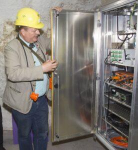 Dipl-Ing. Rudolf Steiner zeigt das Element zur Datenaufzeichnung und Datenübertragung. Foto: Bundesheer / Simader
