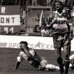 Während Leopold Rotter (rechts) der Frust ins Gesicht geschrieben steht, freut sich Helmut Zeller, der soeben das 3 : 1 für den FC Linz im zweiten Relegationsspiel am 18. Juni 1994 erzielt hat. Der Anfang vom Ende des VSE St. Pölten war damit besiegelt. Foto: oepb