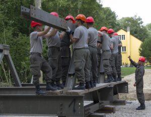 Die Dreiecksteile werden mit Trägern verbunden. Foto: Bundesheer / Simader