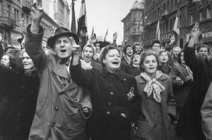 Fröhliche Menschen in den Straßen Budapests während des vorgetäuschten Rückzugs der sowjetischen Truppen 1956. Foto von Erich Lessing. Foto: Österreichische Nationalbibliothek / Lessing