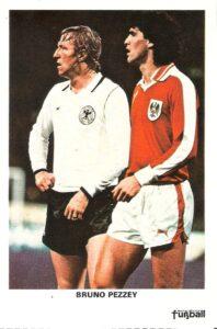 Autogrammkarte vom ersten Länderspiel. Deutschland trifft am 2. April 1980 in München auf Österreich (1 : 0) Links: Debütant Horst Hrubesch, rechts Bruno Pezzey († 1994). Sammlung: oepb