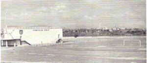 Blick auf den VÖEST-Platz (links der Bunker) mit Aschenbahn in den 1950er Jahren. Bild: Sammlung oepb