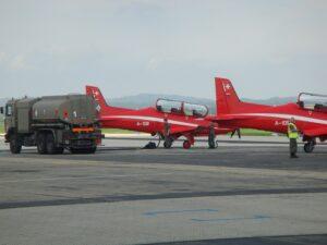 Die Betankung durch das Österreichische Bundesheer schritt flott voran, sodass sich die rote Staffel alsbald schon wieder in die Lüfte erhob und gen Poland verlegte. Foto: BMLVS/Oberreiter