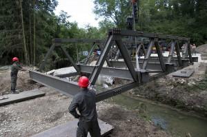 Die Brücke wird über dem Wimsbach eingehoben. Foto: Bundesheer / Simader
