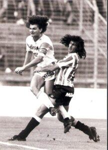 Zwei Denker und Lenker ihrer Teams. Mario Kempes (rechts) im April 1988 für den VSE St. Pölten aktiv, Jürgen Werner für den SK VÖEST Linz. Die Linzer gewannen mit 3 : 0. Foto: privat