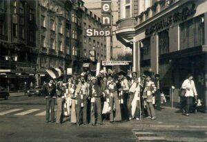 """Der damals größte Fan-Klub des SK VÖEST, die """"Blue Army ´77"""", am Weg zum Hauptbahnhof zu einem Auswärtsspiel im November 1979. Rechts das nicht mehr existente Cafe Goethe, im Hintergrund die Linzer Landstraße. Foto: oepb"""