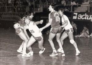 Ein Linzer Derby im Handball anno 1979. Der SK VÖEST (weiße Dress) im Angriff gegen ASKÖ Linz Internorm. Spielort war die Sporthauptschule Kleinmünchen. Foto: Erwin H. Aglas / opeb