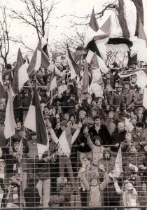 Fahnenparade im Sektor 3 am Stehplatz des Linzer Stadions im Frühjahr 1981. So wurde damals das Fanwesen des SK VÖEST aktiv er- und gelebt. Foto: oepb