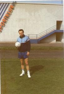 Max Eisenköck anhand eines beginnenden Trainings am Werksportplatz des SK VÖEST im Mai 1989. Im Hintergrund der legendäre Bunker. Foto: oepb