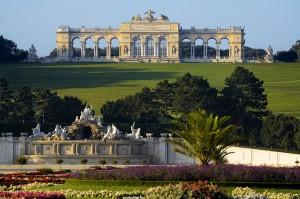 Morgendliche Sommer-Stimmung im Schönbrunner Schlosspark. Im Vordergrund der Neptunbrunnen, im Hintergrund thront die Gloriette. Foto: Lois Lammerhuber / SKB