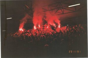 Als Bengal-Fackeln im Block noch geduldet und erlaubt waren. Hier am 23. November 1991 beim Spiel FC STAHL Linz (vormals SK VÖEST) gegen die Vienna. Foto: oepb